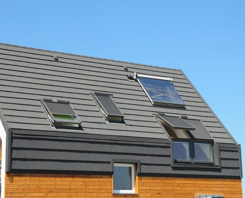 © Shutterstock Eine neue Solarthermieanlage, wie auf dem Foto, wird mit mindestens 2.000 € staatlich gefördert.
